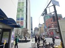 ③近鉄百貨店・YUFURAを左手に見ながら直進。