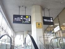 ①【地下 中央改札口】から出た場合、左のエスカレーターで地上へ出て、右へ。