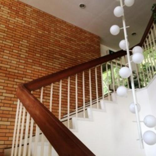 こちらの階段をのぼって、フロントへ