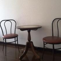 お部屋にテーブル&チェアをご用意しています。