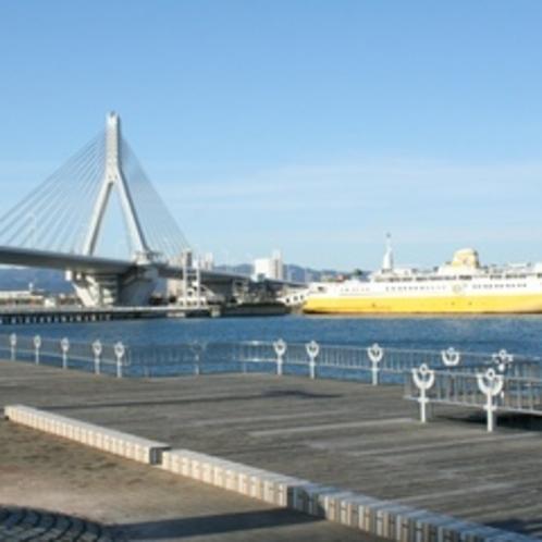 青森ベイブリッチと青函連絡船八甲田丸(青森市)