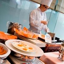 【朝食】シェフが目の前でつくるあつあつのオムレツ