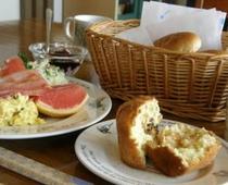 ヨ-グルトつきの朝食