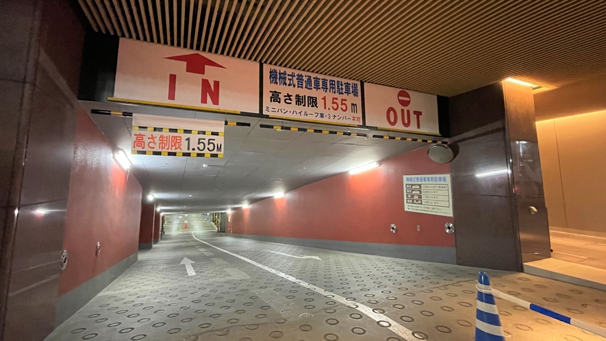 ホテル駐車場入り口は地下スロープになっております。