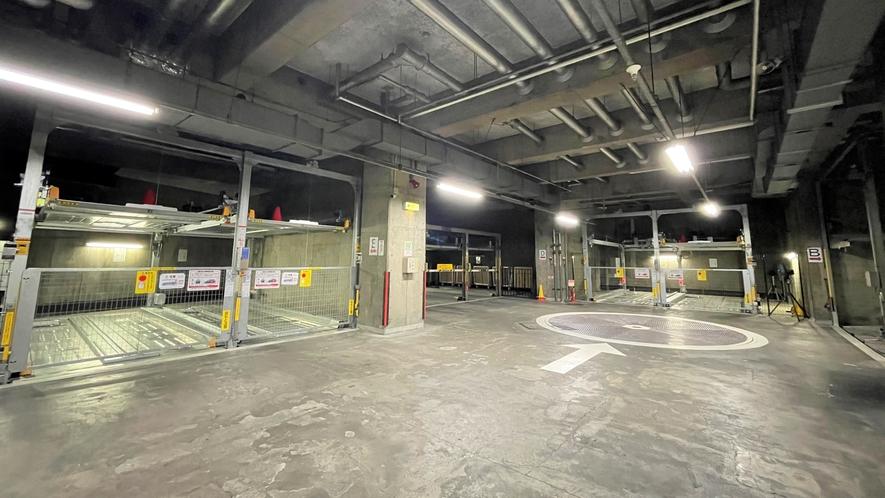 ホテル地下駐車場は機械式普通車専用駐車場です。規格:高さ1.55m×幅1.75m×奥行1.75m