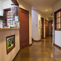 *館内/1階にはフロントとダイニング、お風呂がございます。