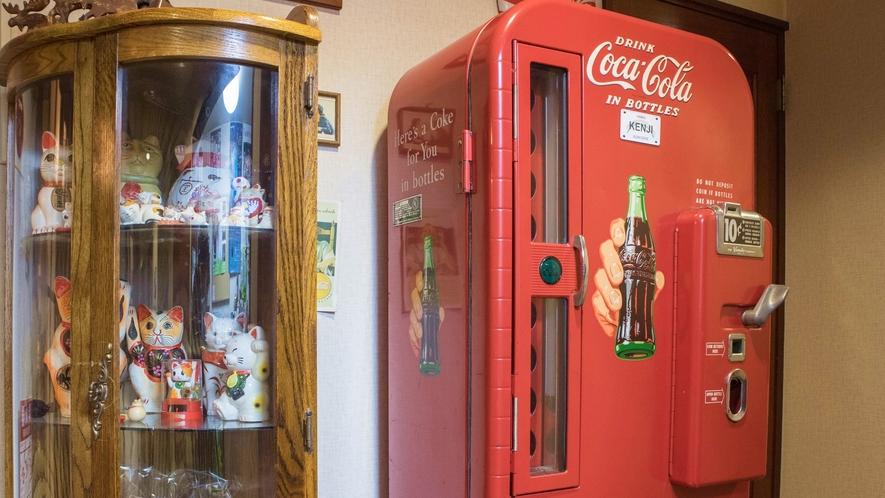 *館内/ひときわ目を引くコカコーラのヴィンテージ販売機
