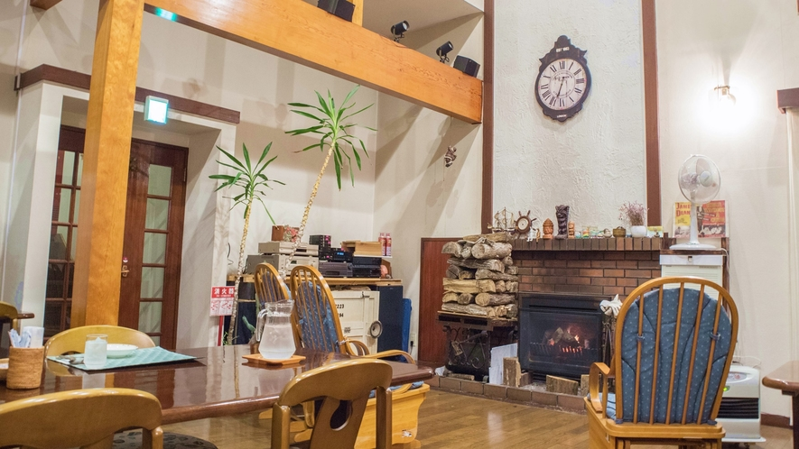*ダイニング/天上が高く開放感たっぷりの空間。冬は暖炉の火が暖かくゆっくりとおくつろぎいただけます。
