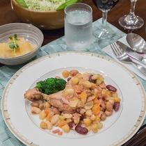 *夕食一例/メニューは日替りです。写真は合鴨と4種豆の煮込み。