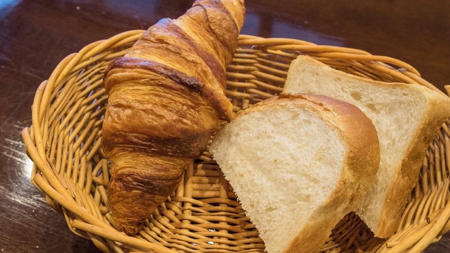 *朝食一例/焼きたてパン
