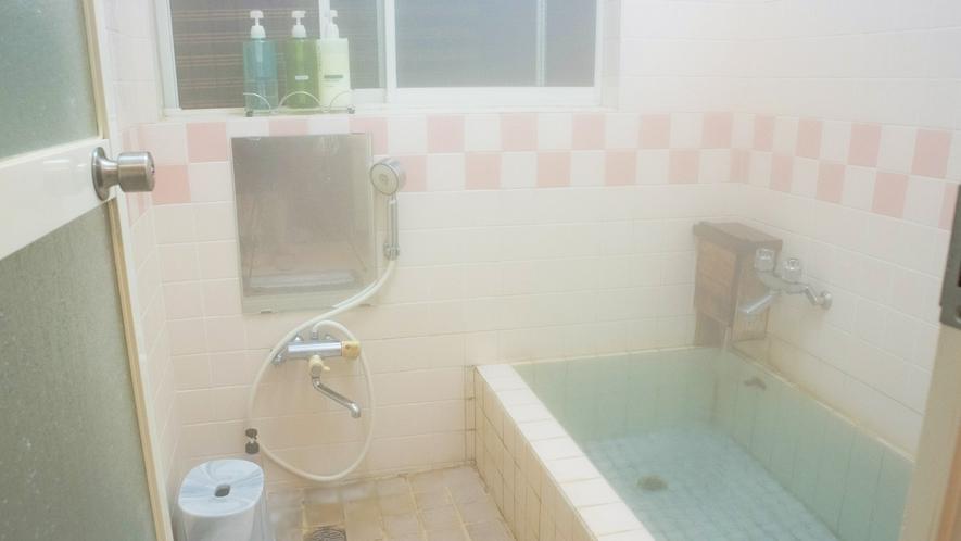 *お風呂/お湯は天然温泉。小さい方のお風呂は2~3名様用です。