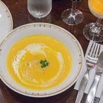 *夕食一例/メニューは日替わりです。写真はかぼちゃのスープ。