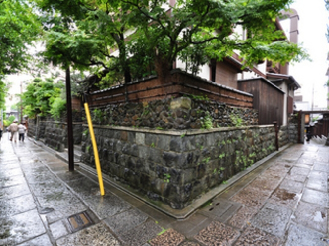 雨の日の石塀小路