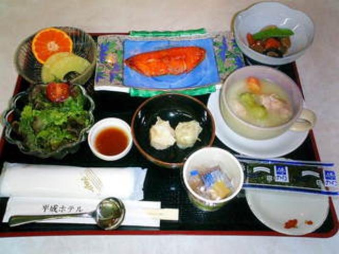 朝食例 【鰈、筑前煮、シチュー、蟹シュウマイ、サラダ、パイナップル、他】