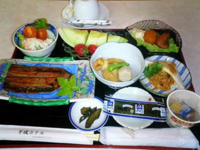 朝食例 【秋刀魚蒲焼、はんぺん肉溢れ、蟹コロッケ、炊き合わせ、メロン、苺】