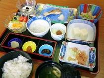 朝食例 【大洗のちだい、しらすおろし、巣篭もり肉団子、うの花、豆腐、サラダ】
