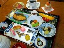 朝食例 元旦 【おせちプレート、鰤、数の子、ローストビーフ、メロン、パパイヤ、他】