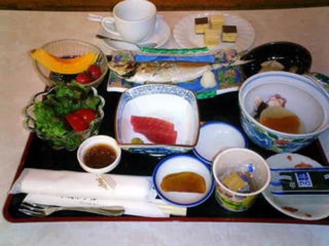 朝食例 【鯵塩焼、鮪、大根柚子味噌、他】