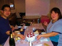 お客様のお誕生日を手作りケーキでお祝いです♪
