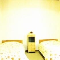 ツインベットルーム:テレビ・枕・手縫いのベットカバー・カーテン・シーツ新品交換、室内と設備は清潔除菌