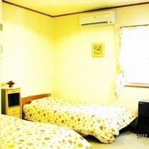 トリプルベットルーム:テレビ・枕・手縫ベットカバー・カーテン・シーツ新品交換、室内と設備は清潔除菌