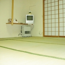 和室:テレビ・枕・手縫いのベットカバー・カーテン・シーツ新品交換、室内と設備は清潔除菌