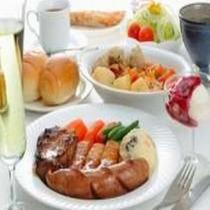 夕食の一例です。:新鮮野菜サラダ・愛情たっぷり心あたたまるスープ・手作りのハンバーグや特選牛ステーキ