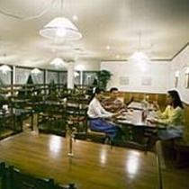 漆喰の壁に木のぬくもり。キャンドルの灯のもとでディナーや朝食をご提供します(^o^)丿