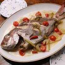 オーナー手釣りの天然鯛!アクアパッツアは極上オリーブオイルで仕上げた人気イタリア料理です♪(一例)