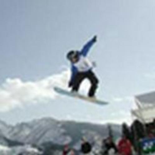 スノーボードで思いっきりジャンプ!石打丸山スキー場は徒歩1分♪