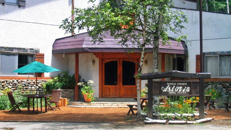 *入り口/緑と花が彩るオシャレな雰囲気です。