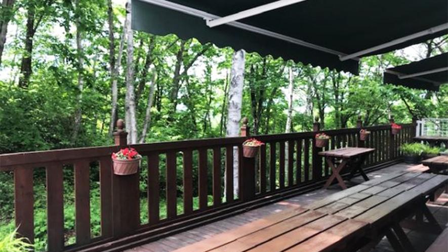 *ウッドデッキ/グリーンシーズンには、鳥のさえずりを聴きながらウッドデッキで寛げます。