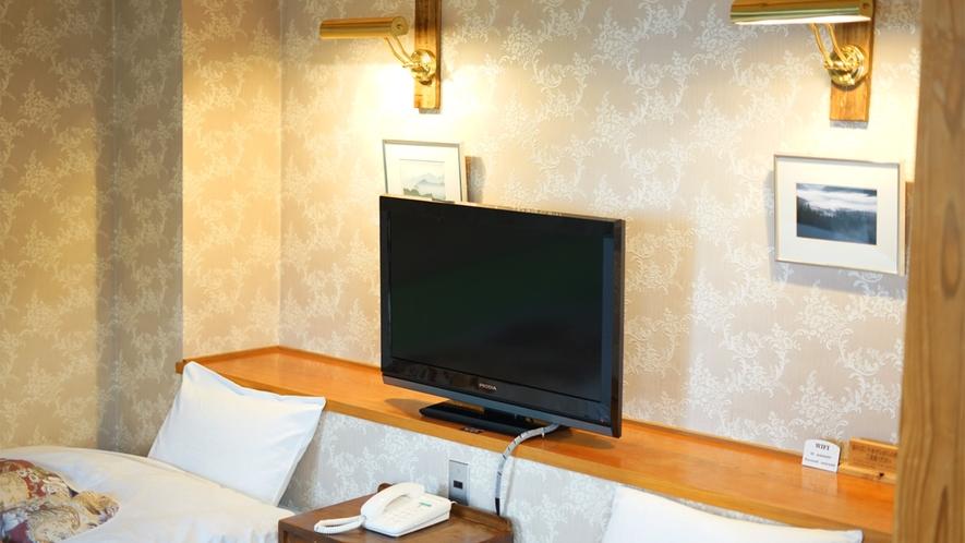 *和洋室一例/枕元にテレビを設置しています。また、枕元にコンセントもあるので便利です。
