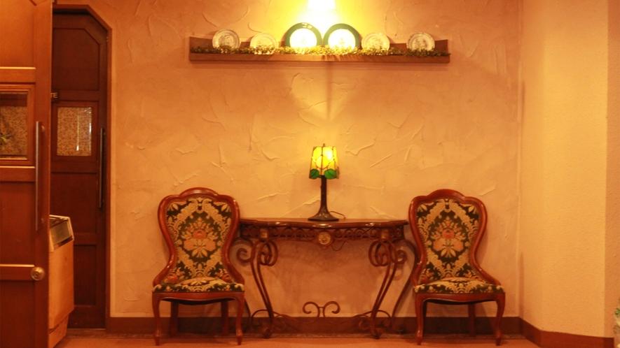 *館内/温かな照明が灯された館内で、ごゆっくりお寛ぎください。