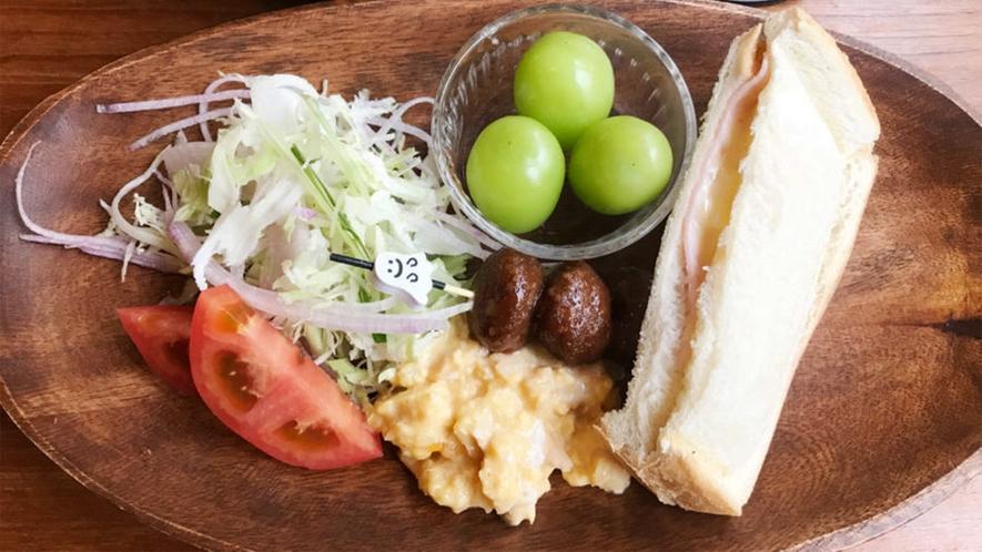 *お子様お食事(一例)/スクランブルエッグ、サンドイッチ、フルーツなどが並ぶ、お子様向けメニュー。