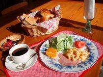 朝食(一般)卵料理・ウインナーなど・フレッシュサラダ・フルーツ パン・コーヒー・紅茶