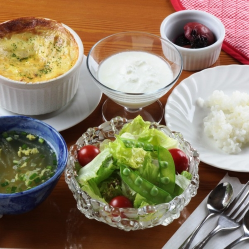 一番人気はココット焼き!(キノコと野菜・シーフード・チーズ)・スープ・サラダ・ピクルス ごはん 等…