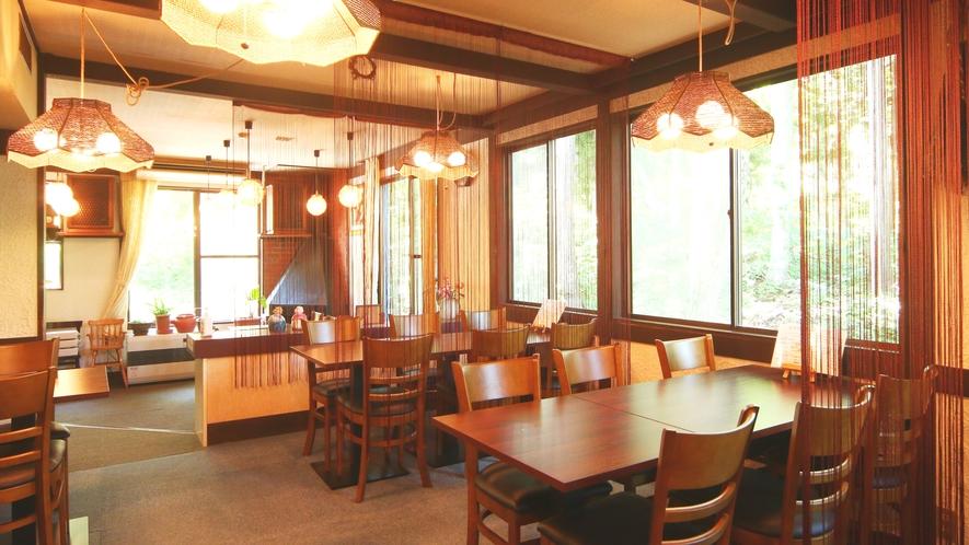 【施設】夕食・朝食は窓から樹々を望むダイニングで。心地よいジャズの音色とともにお楽しみください。