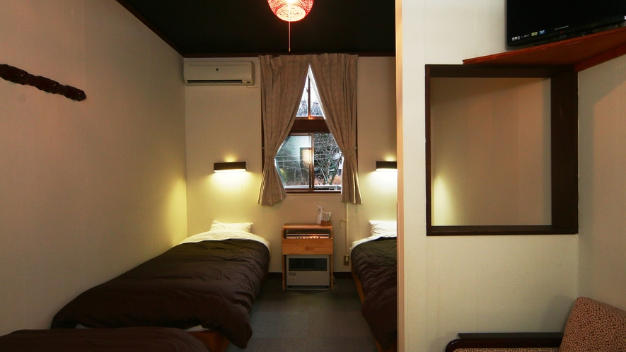 【客室】本館洋室。少しコンパクトなお部屋ですがリーズナブルに泊まれます。
