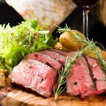 牛ヒレ肉の厚切りローストビーフ