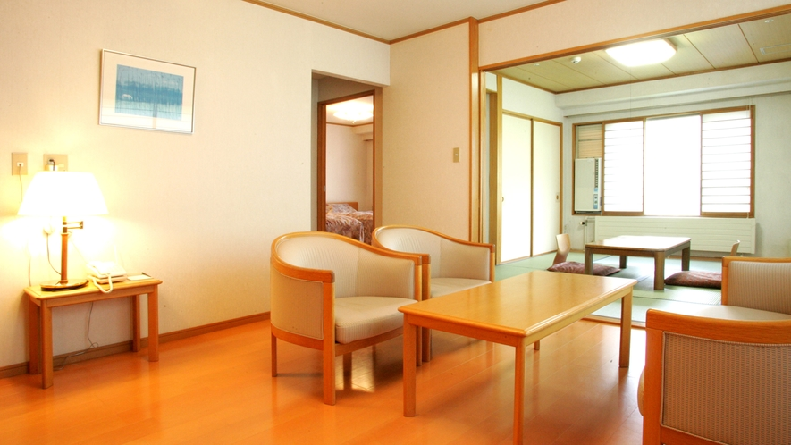 【スイートルーム】和室洋間にもそれぞれ机やイスをご用意しておりますので、思い思いにおくつろぎいただけ