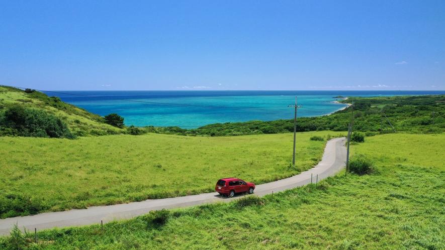 【観光イメージ】島内ドライブでは目の前に広がるブルーグラデーション輝く海にテンションアップ!