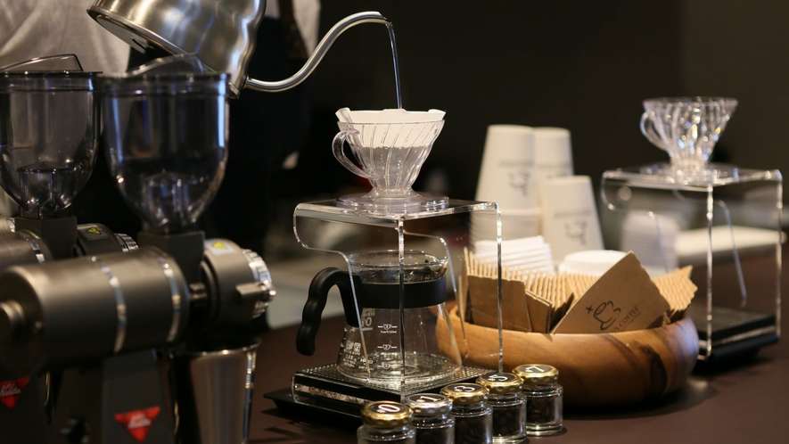 【ダグズ・コーヒー/1階】テイクアウトコーヒーショップ:1杯ずつハンドドリップ。
