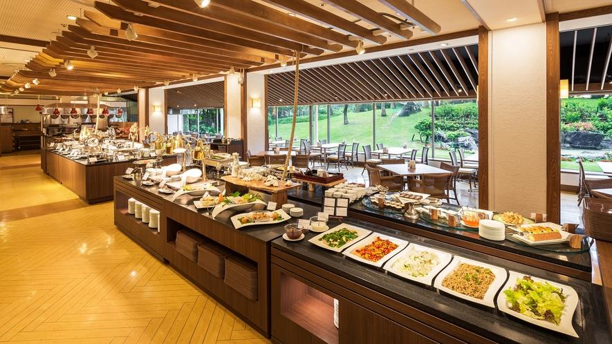 【Allday Dining AQARIUS/1階】中庭を望む空間でのんびりお食事をお楽しみください