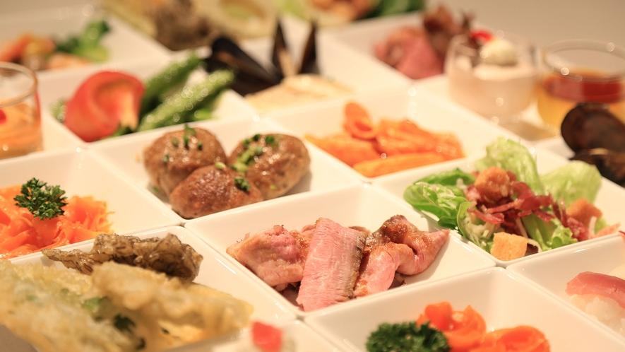 【Allday Dining AQARIUS/1階】夕食イメージ:多彩なメニューが揃うバイキング