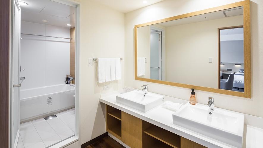 【デラックスフォース(最大5名利用)62.6平米】バスルームイメージ(このお部屋の洗面台は2つ)
