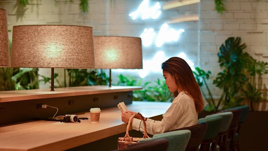 【ロビー】Free Wi-Fi、コンセント付テーブルで待ち合わせもワーケーションも快適に