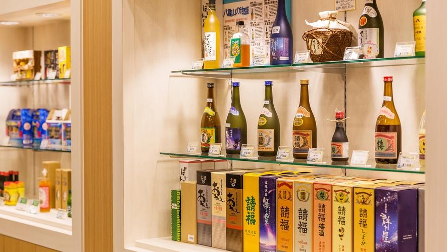 【The ART SHOP/1階】定番のお土産品も多数。宅配便でお手持ちのお荷物とともに送れます