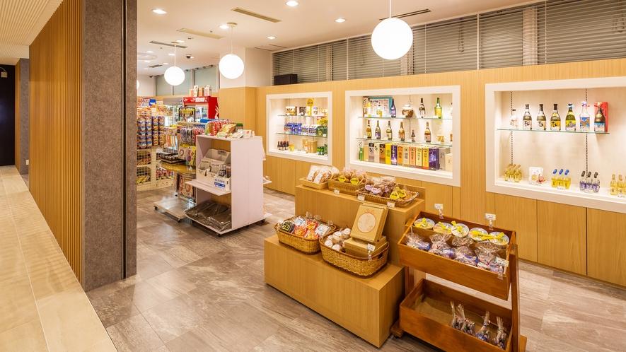 【The ART SHOP/1階】コンビニゾーンでは飲み物やお菓子、日焼け止めなど日用品が揃います