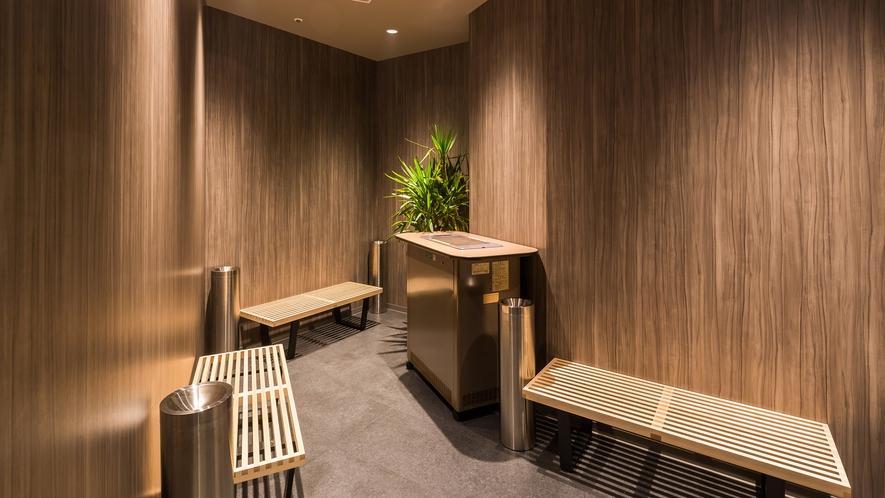 【喫煙所/1階】ホテル敷地内では1階の喫煙所でのみ喫煙可能です。